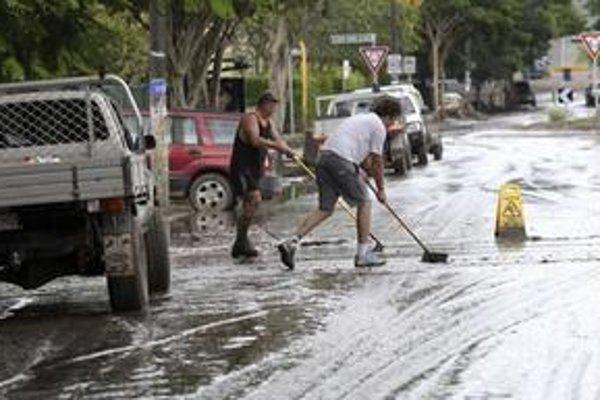 Obyvatelia tretieho najväčšieho mesta Austrálie začali čistiť zaplavené oblasti od páchnuceho bahna a trosiek, celé predmestia sú však stále pod vodou.