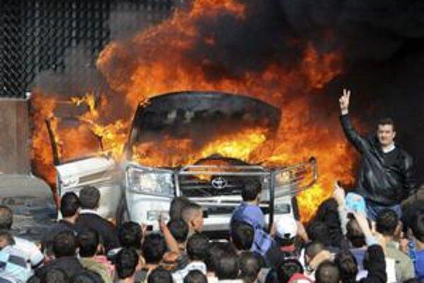Nahnevaní Libanončania pálili pneumatiky.