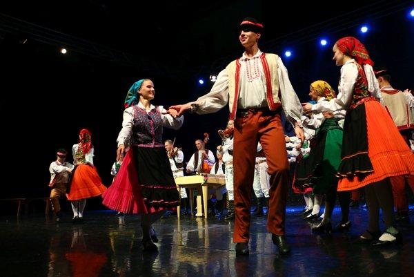 Tanečné vystúpenie. Na pódiu sa predstavilo takmer 90 tanečníkov.