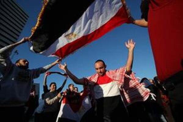 Egypťania oslavujú na námestí Tahrír v Káhire.