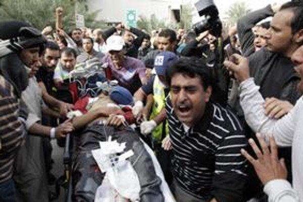 Počas protivládnych demonštrácií na Perlovom námestí tiekla  včera krv.