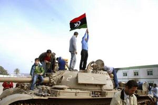 Benghází, odkiaľ Kaddáfí pred 41 rokmi viedol prevrat, ovládli demonštranti.