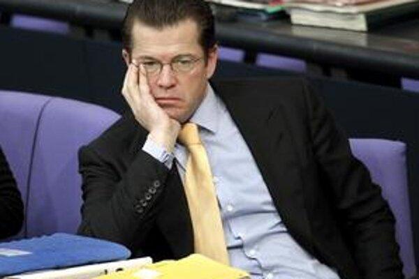Guttenbergovi nadáva opozícia do hochštaplerov aj podvodníkov a žiada jeho odstúpenie. Nemci ho však milujú.