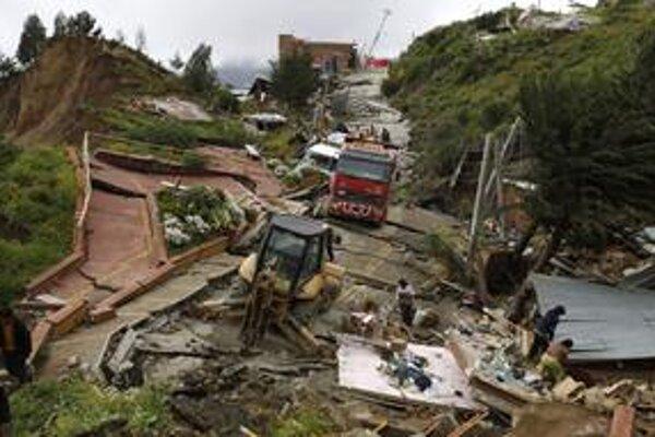 Niektorí obyvatelia sa pokúsili napriek nestabilnému terénu vrátiť do svojich príbytkov, aby zachránili majetok.
