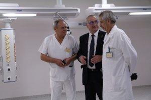 Zamestnanci nemocnice pri prehliadke nových priestorov.