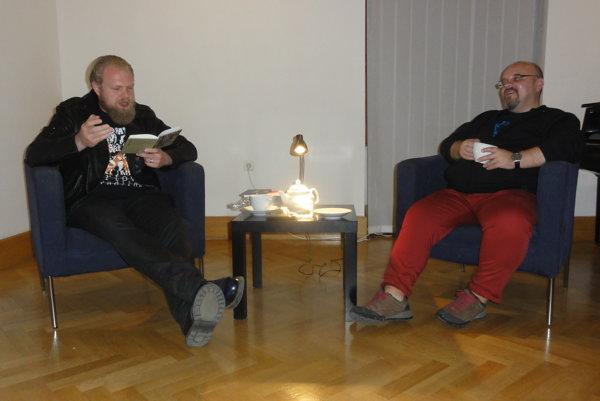 Pišta Vandal čítal zo svojej knihy. Vpravo moderátor Dado Nagy.