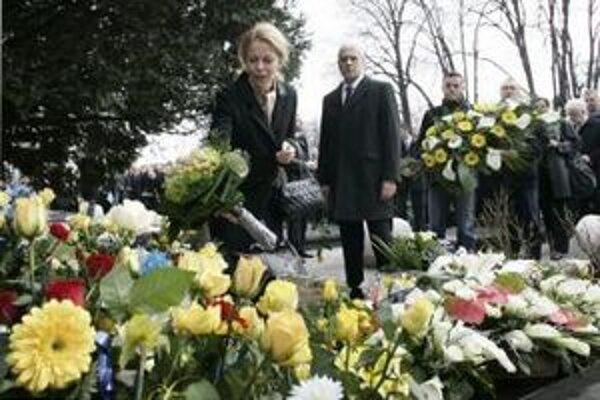 Vdova po zavraždenom srbskom premiérovi Zoranovi Djindjičovi Ružica Djindjičová kladie kvety k pomníku na hrobe.