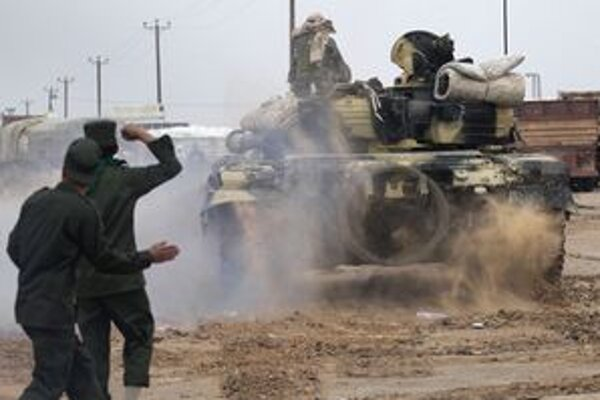 Kaddáfího jednotky úspešne používajú ťažké zbrane.