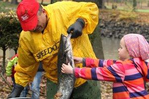 Na prácu rybárov zobrali otcovia svoje deti.