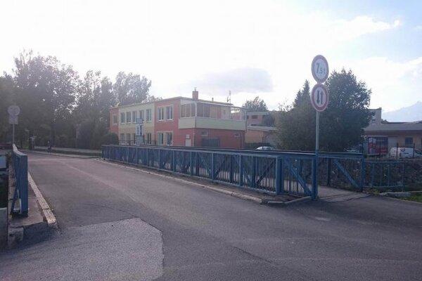 Úplne uzavretý pre chodcov aj automobily je most na sídlisku Sever.