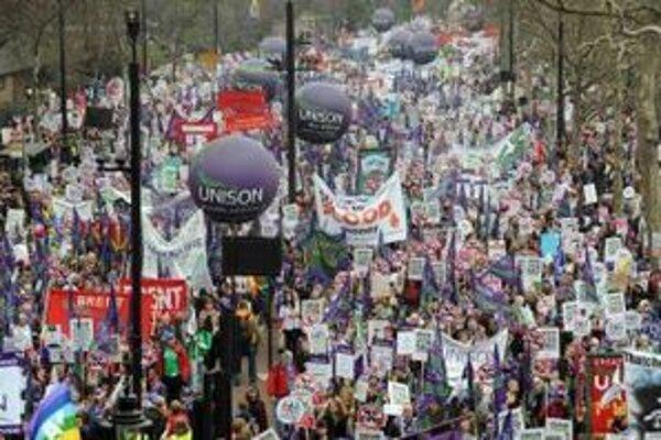 Protestujúci pochodujú počas protestu proti úsporným opatreniam vlády v Londýne.