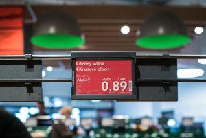 Červená elektronická cenovka signalizuje akciu.