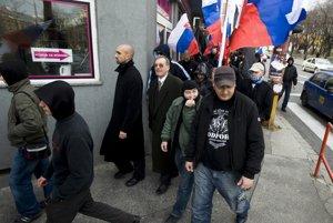 """Stovky pravicových extrémistov pochodovalo 17.novembra 2008 ulicami Bratislavy na akcii nazvanej """"Pochod za slobodu"""". Na snímke  predseda rozpustenej organizácie Slovenská pospolitosť Ivan Sýkora (tretí zľava) a predseda Slovenskej národnej jednoty Stanislav Pánis (štvrtý zľava)."""