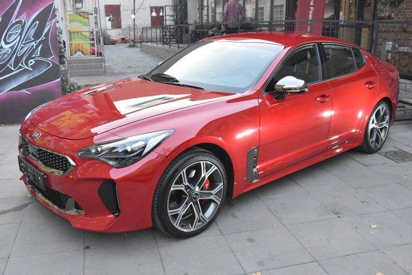 Športová limuzína Kia Stinger. Stinger poháňaný benzínovým šesťvalcom výkonu 272 kW dosahuje rýchlosť až 270 km/h a je nateraz najrýchlejším modelom značky Kia.