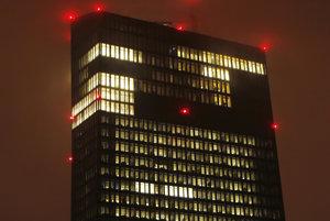 Rozsvietená budova Európskej centrálnej banky vo Frankfurte nad Mohanom.