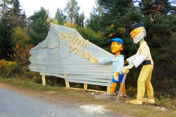 Prístup do Račkovej doliny vďaka drevuliakom nik neprehliadne.