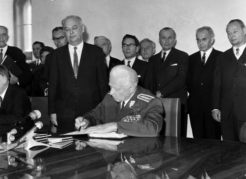 Podpis zákona o československej federácii v Bratislave 30. októbra 1968. Podpisuje prezident Ludvík Svoboda, vpravo za ním stoja Gustáv Husák a Alexander Dubček.