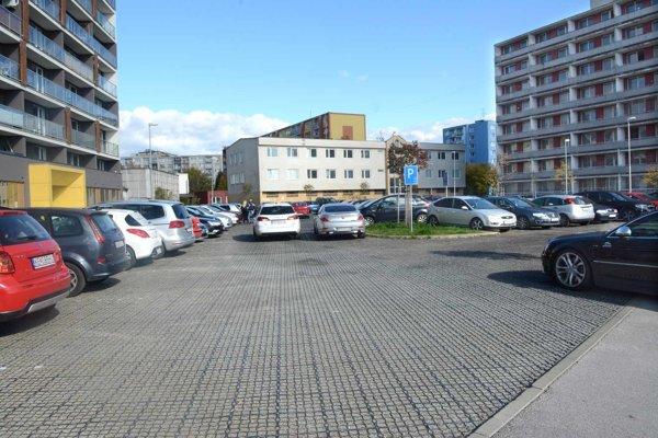 Problémové parkovisko. Obyvatelia bytovky sa boja, že po výstavbe projektu parkovacieho domu prídu o miesta pre svoje autá.