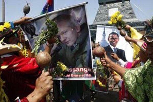 Assange sa stal celosvetovou celebritou, šťastie v novom roku mu poprial aj peruánsky šaman.