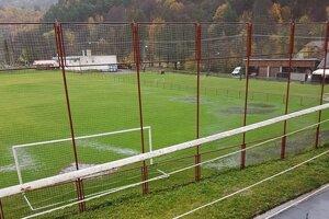 Futbalové ihrisko v Hornej Vsi po daždi.