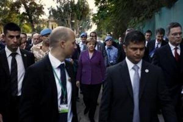 Ochrankári sprevádzajú nemeckú kancelárku Angelu Merkelovú pri prehliadke v OSN kontrolovanej nárazníkovej zóne v cyperskom hlavnom meste Nikózia