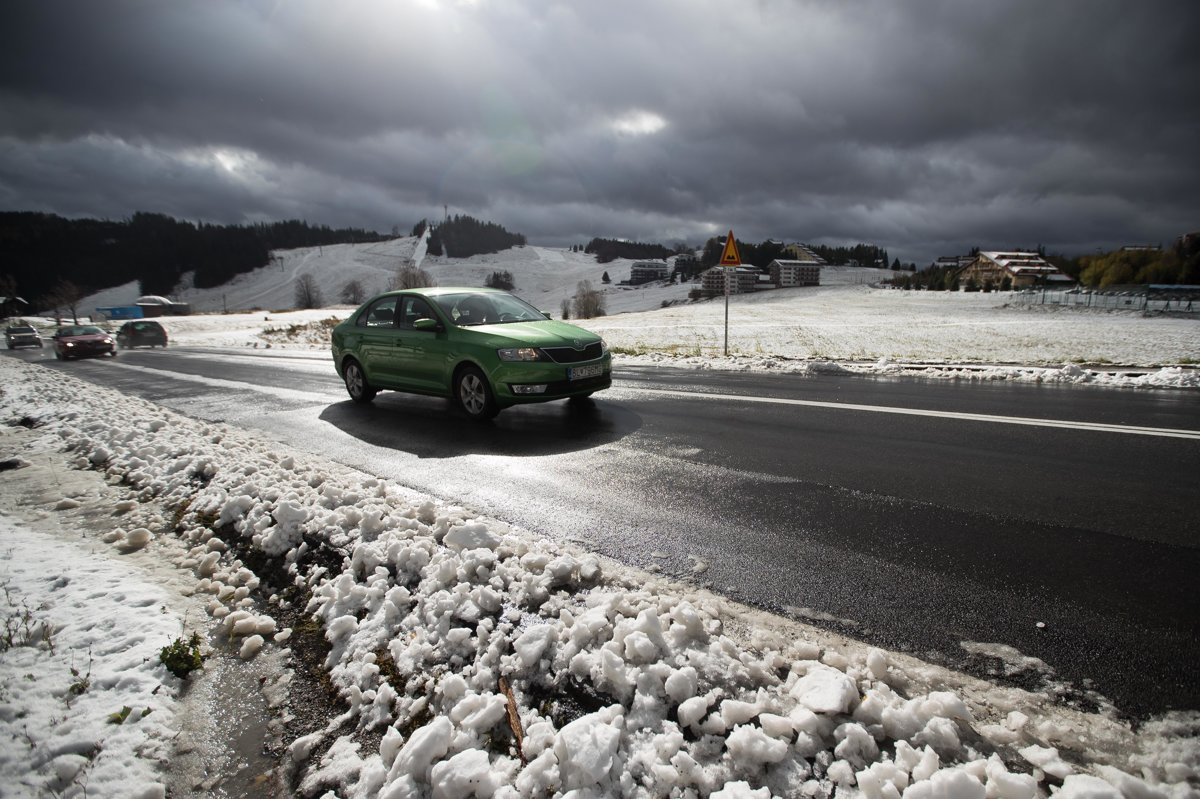 Na snímke dopravná situácia na horskom priechode Donovaly po  predpoludňajšom snežení. b0d867c70e6