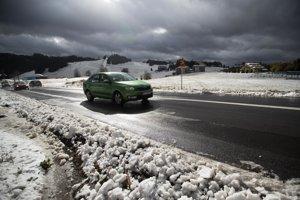 Na snímke dopravná situácia na horskom priechode Donovaly po predpoludňajšom snežení.
