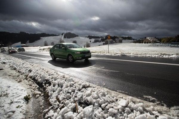 Na Donovaloch husto sneží, dopravu pre nákladné autá uzavreli.