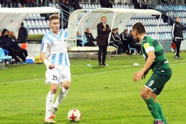 Christián Steinhübel odohral dobrý zápas na pravom krídle. Vybojoval penaltu, z ktorej Nitra išla do vedenia. V pozadí tréner Ivan Galád.