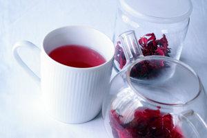 Ibištekový čaj môže pomôcť znížiť vysoký krvný tlak a bojovať proti oxidatívnemu stresu. Nesmie sa však užívať s niektorými diuretickými liekmi alebo aspirínom.