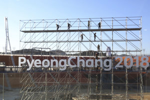 Olympijský štadión v Pjongčangu je stále v rekonštrukcii.