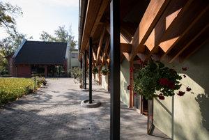 Priestory nitrianskeho hospicu sú prácou architektky Edity Gérovej. Navštívila viacero hospicov v Česku, Rakúsku a Holandsku a inšpirovala sa tým najlepším.