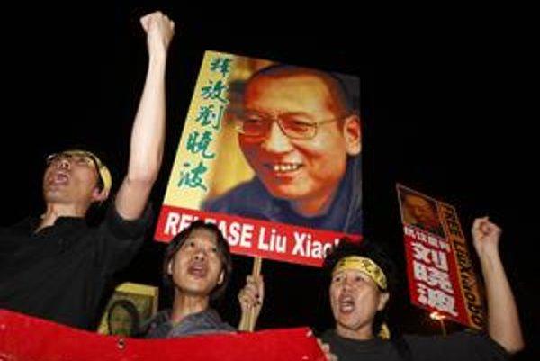 Kým sa Peking snažil správu z Osla utajiť, v Honkongu už Lioua podporili v uliciach.