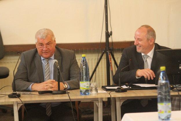 Minister dopravy Árpád Érsek (vľavo) sa vyjadril, že vykúpených je približne 75% pozemkov.