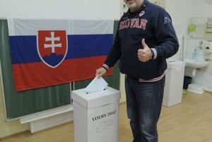 Na snímke volič Vladimír Volf,  jeden z prvých voličov v Novom Meste.