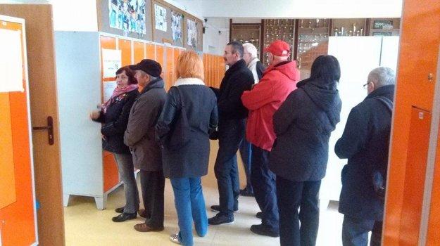 Rada pred volebnou miestnosťou Žilina-Závodie.