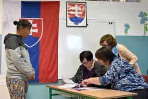 Na snímke volička čaká na overenie totožnosti volebnou komisiou počas volieb do orgánov samosprávnych krajov v rómskej osade v Trebišove.
