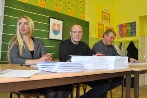 Okrsková volebná komisia v Habovke. Miestnosť musí byť otvorená nepretržite od 7.00 do 10.00 h, na obed sa musia členovia komisií vystriedať.