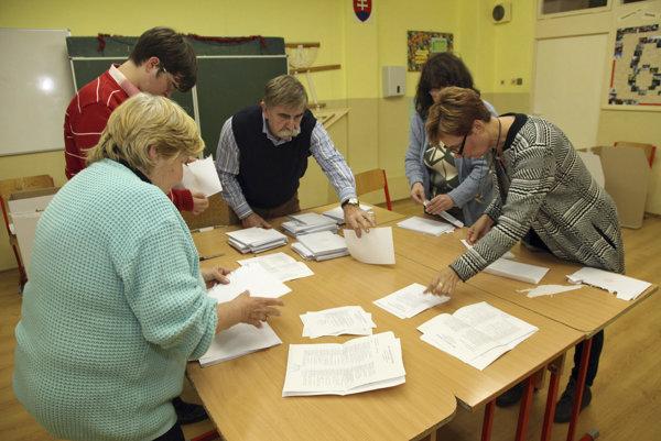 Členovia okrskovej volebnej komisie spočítavajú hlasy.