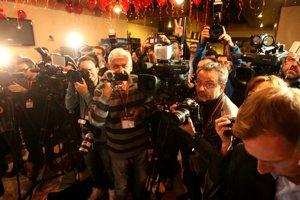 Plná sála novinárov.