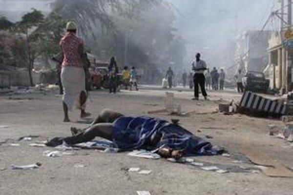 Mŕtvoly v uliciach sú bežnou kulisou v uliciach Port-au-Prince.