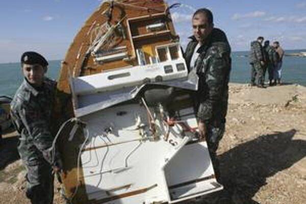 Medzinárodný tím záchranárov v utorok lovil zvyšky lietadla vrátane čiernej skrinky.