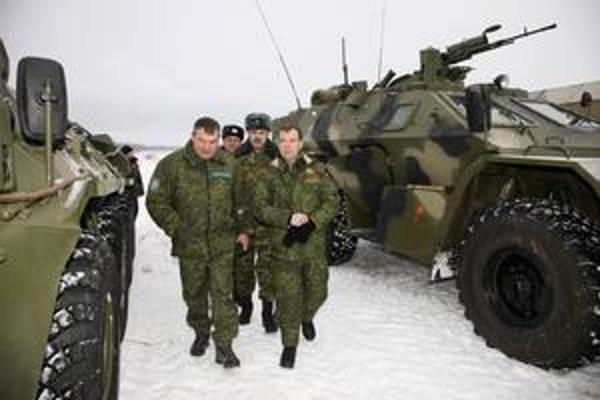 Ruský prezident Dmitrij Medvedev (vpravo) minulý mesiac kontroloval výcvikové strediskopri Moskve. Tento mesiac podpísal novú vojenskú doktrínu.