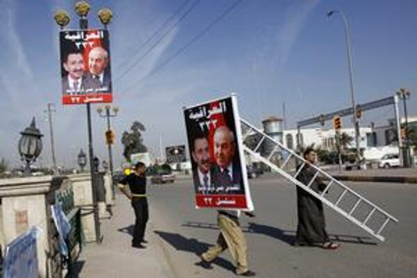 Iračania s prečiarknutou fotografiou Saleha Mutlaka, kritika premiéra Málikího.