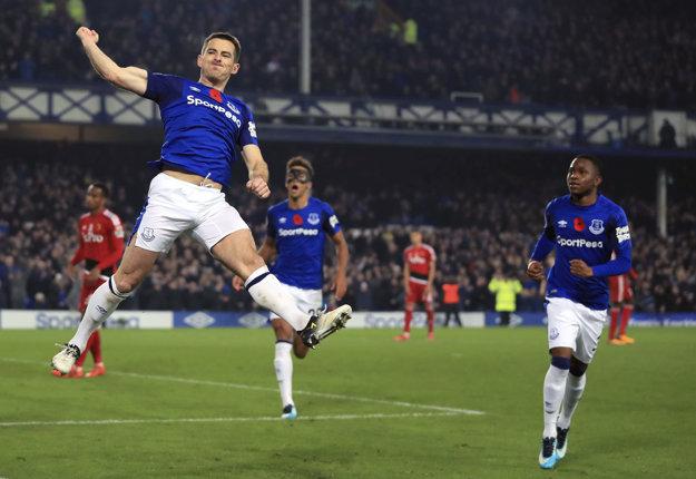 Ľavý obranca Leighton Baines (vľavo) rozhodol o víťazstve Evertonu.