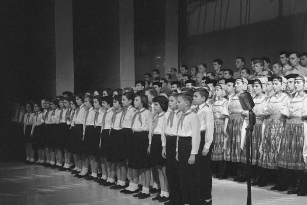 V predvečer 42. výročia Veľkej októbrovej socialistickej revolúcie - 6. novembra, zišli sa v Slovenskom národnom divadle pracujúci Bratislavy na slávnostnom večere usporiadanom k tomuto významnému výročiu. Na záver večera zaznela Internacionála z úst členov súborov Lúčnica a Bradlan.