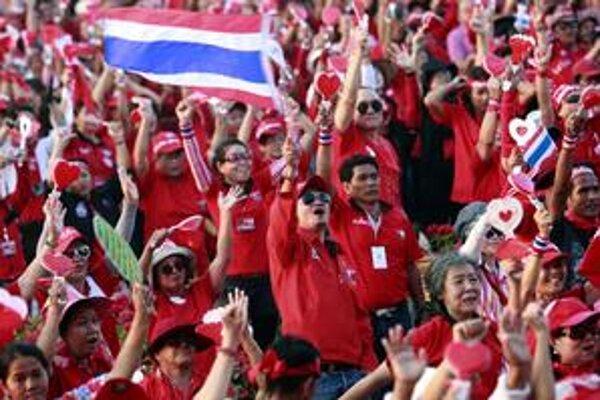 V nedeľu sa začali masové protesty prívržencov bývalého premiéra, ktorého súčasná vláda viní z korupcie.