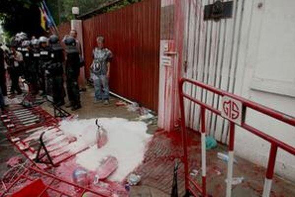 Brána rezidencie thajského premiéra je už druhý deň celá od krvi.