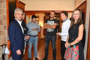 Trnka počas volebného večera. Novozvolený župan (vľavo) to bude mať vo svojom úrade náročné, zhodli sa komunálni politici. V strede poslanec Igor Petrovčik.