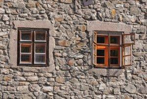 Nielen technický, ale aj vizuálny problém. Podľa zamestnancov knižnice na prvý pohľad vidno, že vnútorné okná sú iné ako vonkajšie.